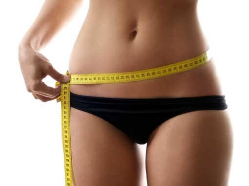 donna in palestra a trento che misura la circonferenza addome