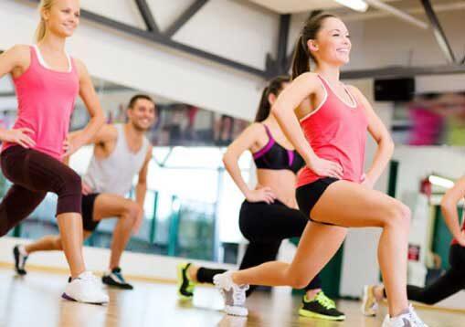 gruppo di persone che fanno corsi fitness total body