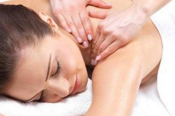 Donna in palestra a trento che riceve massaggio alle spalle