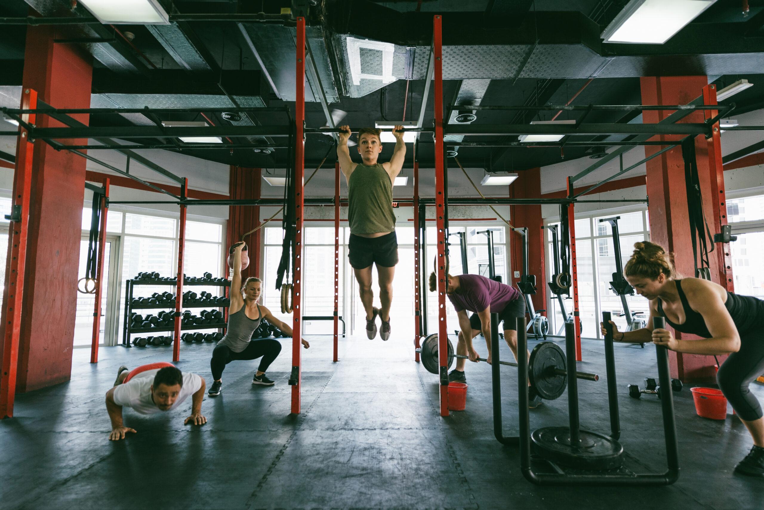 persone che fanno corsi fitness con il functional training