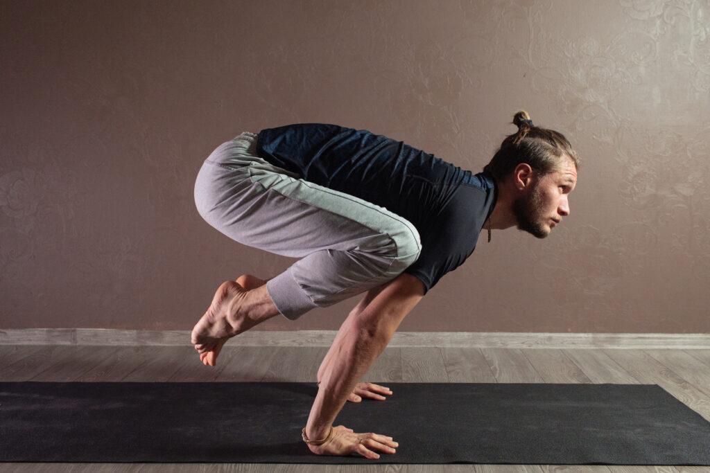 ragazzo in posizione Power yoga