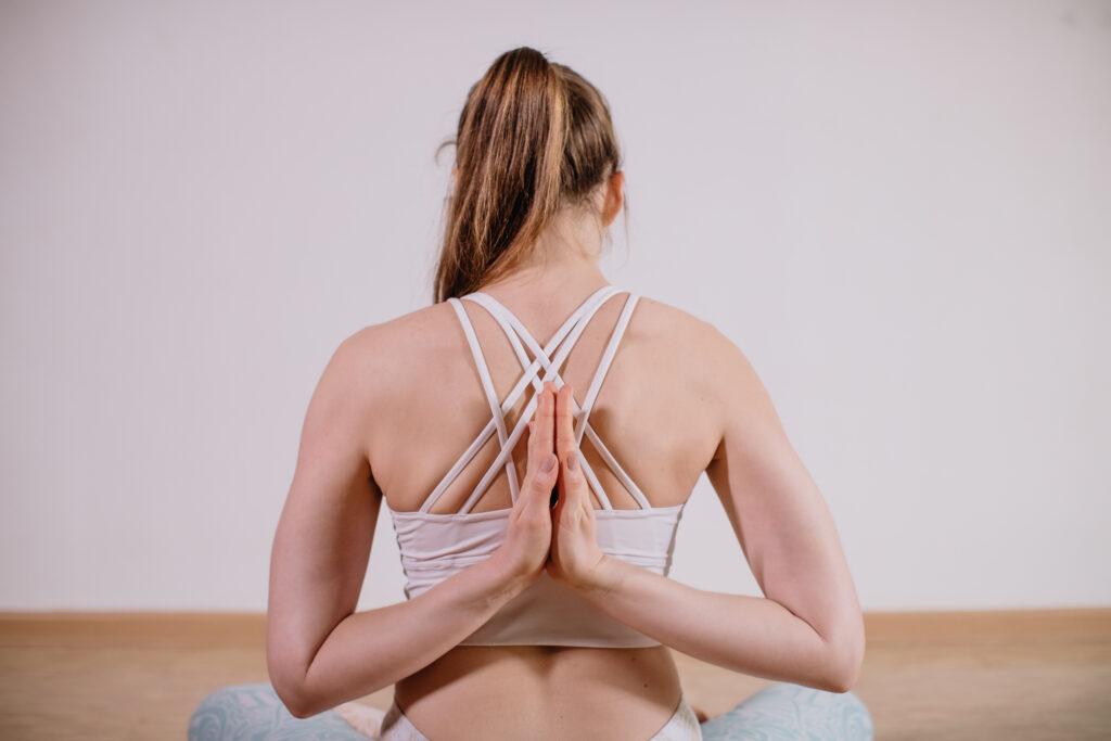 Ragazza che fa posizione Power Yoga